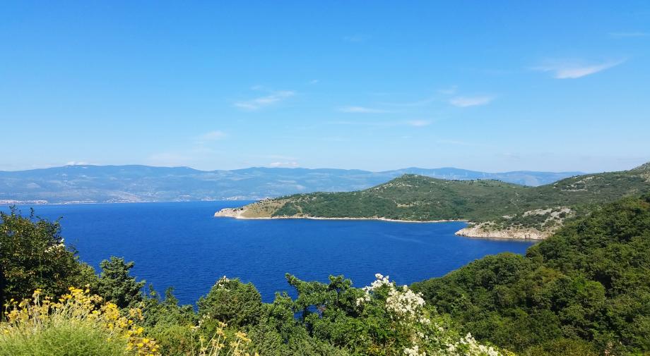 Blick vom dem Weg aus, der zum Strand Potovošće führt