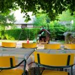 Restaurantterrasse mit Spielplatz